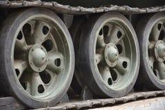 Oruga del tanque, ruedas del hierro, cierre del tren de aterrizaje del tanque para arriba foto de archivo libre de regalías