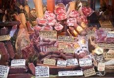 Orvieto, Italia - 16 de marzo de 2014: demostración de la ventana de la tienda del ` s de la charcutería Imágenes de archivo libres de regalías