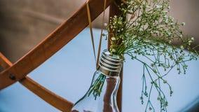 Oryginalna ślubna kwiecista dekoracja, wazy i bukiety kwiaty wiesza od krzesła, zdjęcie royalty free
