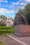 Oryginalna miedziana elektrotyp statua gladiator blisko grota pawilonu w Catherine parku Zdjęcie Stock