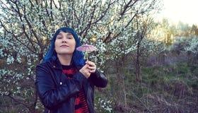 Oryginalna mody fotografia młoda dziewczyna w błękitnym włosy obraz royalty free