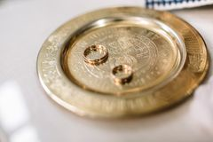 Oryginalne obrączki ślubne kłamają na stalowym talerzu na stole w chur zdjęcia royalty free