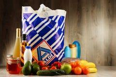 Oryginalny Aldi plastikowy torba na zakupy, produkty i Zdjęcie Stock