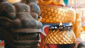 Oryginalny candlestick w Chińskim stylu Brązowa statua smok blisko i płonąca świeczka zbiory wideo