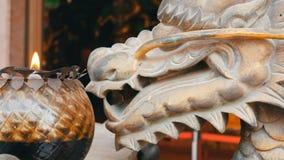 Oryginalny candlestick w Chińskim stylu Brązowa statua smok blisko i płonąca świeczka zdjęcie wideo