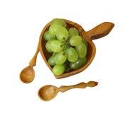 Oryginalny drewniany talerz z zielonymi winogronami Zdjęcia Royalty Free