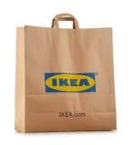 Oryginalny IKEA papieru torba na zakupy odizolowywający na bielu Fotografia Stock