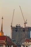 Orzando la gru a torre del fiocco al cantiere del condominio sopra la st Immagini Stock Libere da Diritti