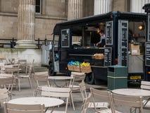 Orzeźwienie ciężarówka przygotowywa dla dnia w British Museum podwórzu Zdjęcia Royalty Free