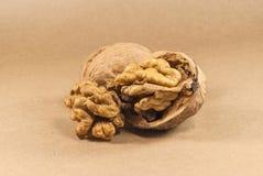 Orzechów włoskich nasiona i cali orzechy włoscy na Kraft paperf, zamykają up, hori Zdjęcia Royalty Free
