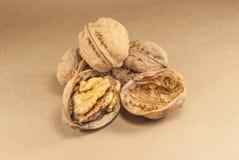 Orzechów włoskich nasiona i cali orzechy włoscy na Kraft papierze Zdjęcia Stock