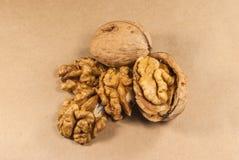 Orzechów włoskich nasiona i cali orzechy włoscy na Kraft papierze Obraz Stock