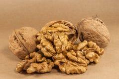 Orzechów włoskich nasiona i cali orzechy włoscy na Kraft papierze Zdjęcie Royalty Free