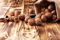 Orzechów włoskich nasiona i cali orzechy włoscy na stole z dziadek do orzechów Obrazy Stock