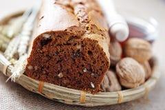 Orzech włoski i miodu chleb zdjęcia royalty free