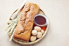 Orzech włoski i miodu chleb obrazy royalty free