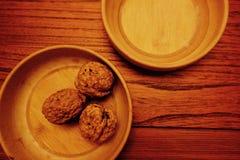 Orzech włoski z drewnianą tacą Zdjęcia Stock