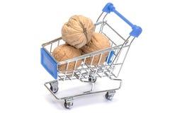 Orzech włoski w wózek na zakupy na bielu Zdjęcie Stock