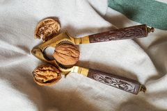 Orzechy włoscy i rocznika dziadek do orzechów z rzeźbiącą drewnianą rękojeścią obraz royalty free