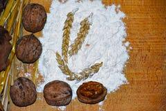 Orzechy włoscy, mąka i banatka, zdjęcie royalty free