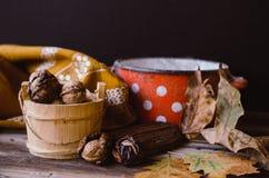 Orzechy włoscy na wieśniaka stole z starymi szczegółami na nim Zdjęcie Royalty Free