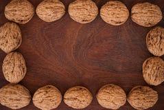 Orzechy włoscy na drewnianym tle fotografia royalty free