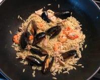 Orzo巴勒莫italiano用乌贼、虾和淡菜 免版税库存照片