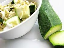 Orzo Salat mit Zucchini Stockfoto