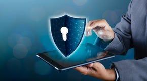 Osłona Internetowy telefon Smartphone ochrania od hackerów ataków, zapora biznesmeni naciska ochraniającego telefon na zdjęcie stock
