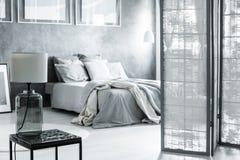 Osłonięta sypialnia z szklaną lampą Zdjęcia Stock