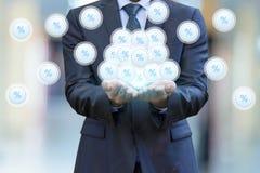 Os ícones aparecem por cento nas mãos de um homem de negócios Foto de Stock