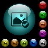 Os ícones aprovados da imagem na cor iluminaram os botões de vidro Foto de Stock