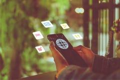 Os ícones das férias do curso misturaram a tela na mão da mulher usando o smartphone para planejar para o fim de semana longo ilustração royalty free