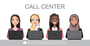 Os ícones do vetor ajustaram avatars fêmeas multirraciais do centro de atendimento em um estilo dos desenhos animados com uns aur ilustração stock