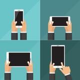 Os ícones lisos modernos vector a coleção do telefone celular e da tabuleta digital usando-se com a mão que guarda o símbolo da t Foto de Stock Royalty Free