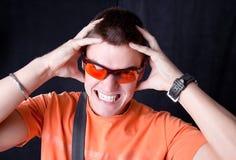 Os óculos de sol alaranjados do whit masculino novo prendem uma cabeça, imagem de stock royalty free