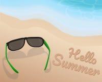 Os óculos de sol colocam na areia na praia bonita e em proteger o tom azul da onda e em escrever o verão do olá! na areia Ilustra Imagens de Stock