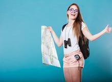 Os óculos de sol da mulher do turista leram o mapa no azul Fotografia de Stock