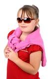 Os óculos de sol desgastando da menina pequena feliz isolaram-se imagem de stock