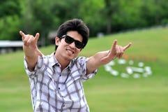 Os óculos de sol do homem de Ásia Tailândia amam o ponto imagens de stock