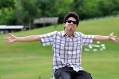 Os óculos de sol do homem de Ásia Tailândia estendem os braços Fotografia de Stock