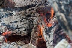 Os últimos carvões de um fogo de queimadura-para baixo imagem de stock royalty free