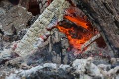 Os últimos carvões de um fogo de queimadura-para baixo fotos de stock