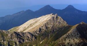Os últimos raios de luz solar iluminam os picos Imagens de Stock