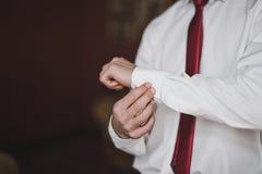 Os últimos toques da preparação no vestuário do wardro masculino imagens de stock royalty free