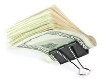 Os 100 dólares isolado em um grampo Fotos de Stock Royalty Free