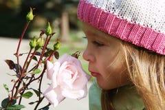 Os 4 anos bonitos da menina idosa com levantaram-se Imagens de Stock