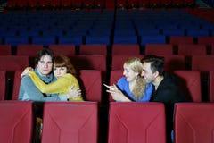 Os abraços dos pares, e uns outros pares apontam pelo dedo neles Imagens de Stock