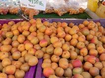 Os abricós doces para a venda em um mercado dos farmer's estão imagem de stock royalty free