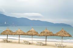 Os abrigos da palma com sunbeds em China encalham no Da Nang Fotos de Stock Royalty Free